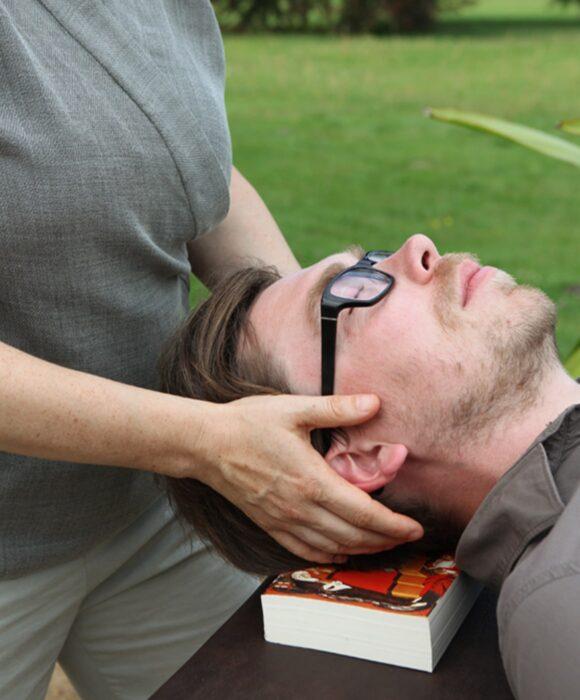 Mann liegend, Kopf von der Seite, Gewohnheiten verändern