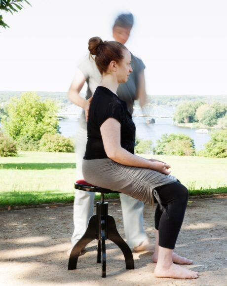Frau sitzend von der Seite gesehen, Hochsensitiv, abgrenzen lernen