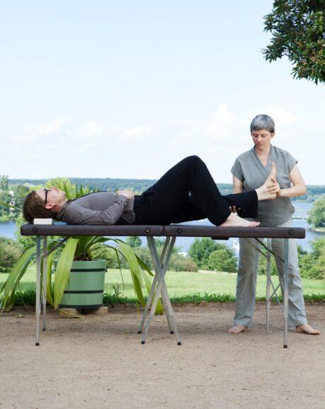 Mann liegend mit gestrecktem Bein, Stressmangement