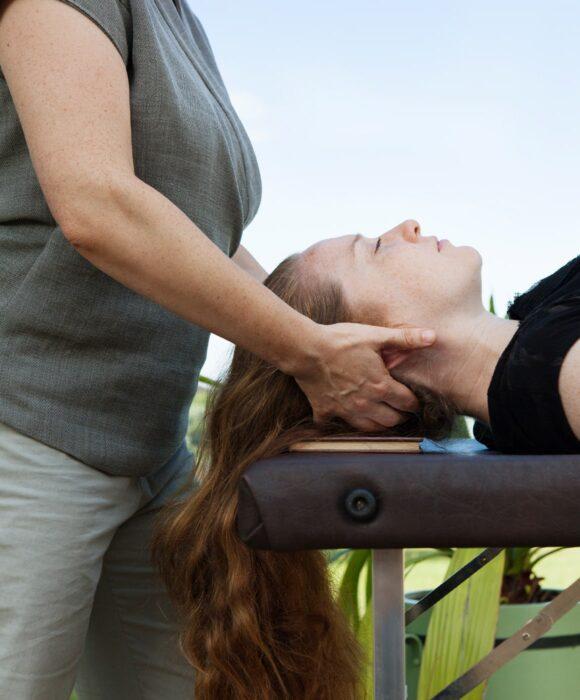Frau liegend mit langem Haar von der Seite sehend,Nackenverspannungen lösen